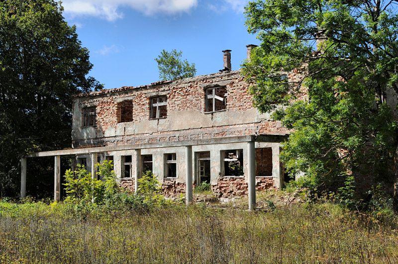 Vyhořelé či polozbořené domy jsou všude.