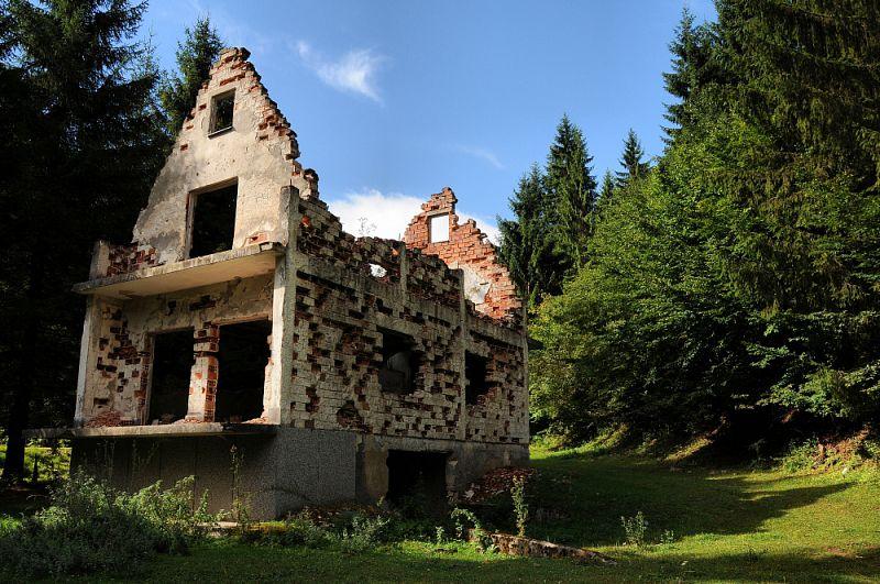 Vyhořelý dům u Gračanice.