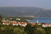 Město Krk v pozadí nejvyšší bod ostrova – Obzova.
