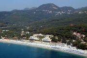 Část pláže Valtos a její okolí